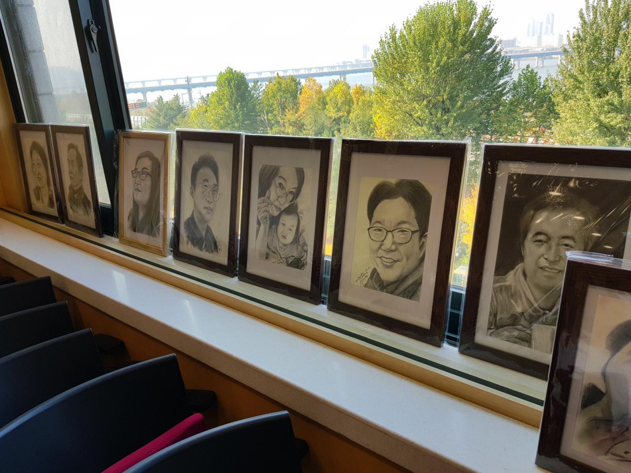 심장이식인의 모임에 전시된 이태권씨의 연필초상화(서울아산병원)