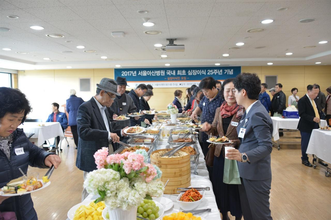 서울아산병원 심장이식인들의 모임에 참석한 심장이식환우들. 먼저 심장을 이시기한 이들은 이태권씨에게 큰 용기와 희망을 주었다.