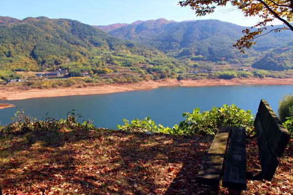 하동호의 심장에 앉아 가져간 캔커피를 마시자 여기가 카페로 변했다. 시원한 풍경과 따뜻한 커피 한 모금이 환상을 이룬다.