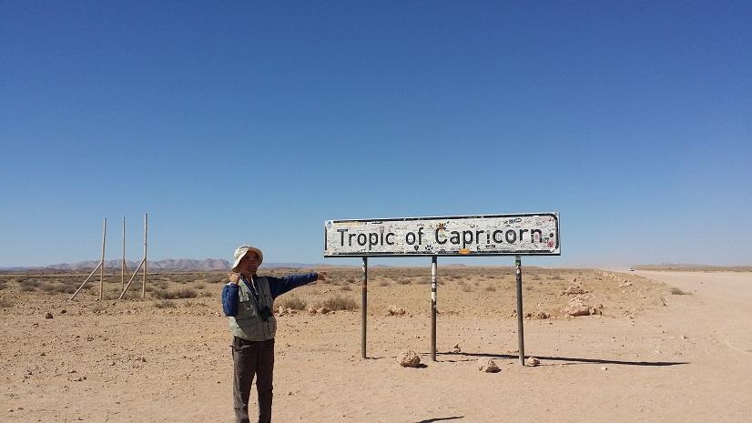 남회귀선임을 알리는 표지판 나미브 사막을 한참 달려 스와코프문트를 향하고 있는데, 남회귀선을 알리는 표지판을 만나기도 한다.