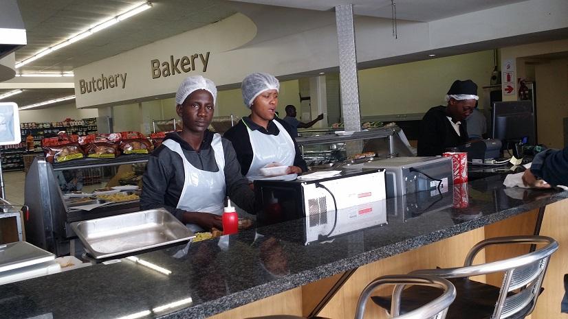 대형마트에 딸린 식당 이 식당에는 진열대에 진열되어 있는 음식들을 고르면 이 식당 종업원들이 댑혀주기도 하였다.