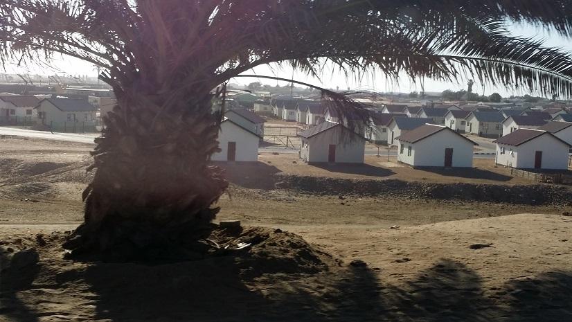 웰비스베이 인근에서 만나는 주택들 나미비아는 한 때 남아공의 지배를 받아서 흑백 차별 정책의 잔재가 남아있어서 흑인들이 사는 건물들은 성냥곽을 세워놓은 모양의 집들이 늘어서 있다.