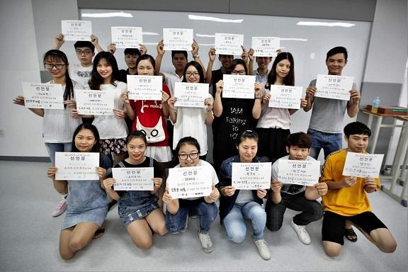 건양대 학생들이 윤리적 소비 캠페인에 참석하고 있다.