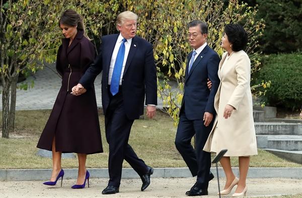 문재인 대통령과 부인 김정숙 여사, 도널드 트럼프 미국 대통령과 부인 멜라니아 여사가 7일 오후 청와대 정원을 산책하고 있다.