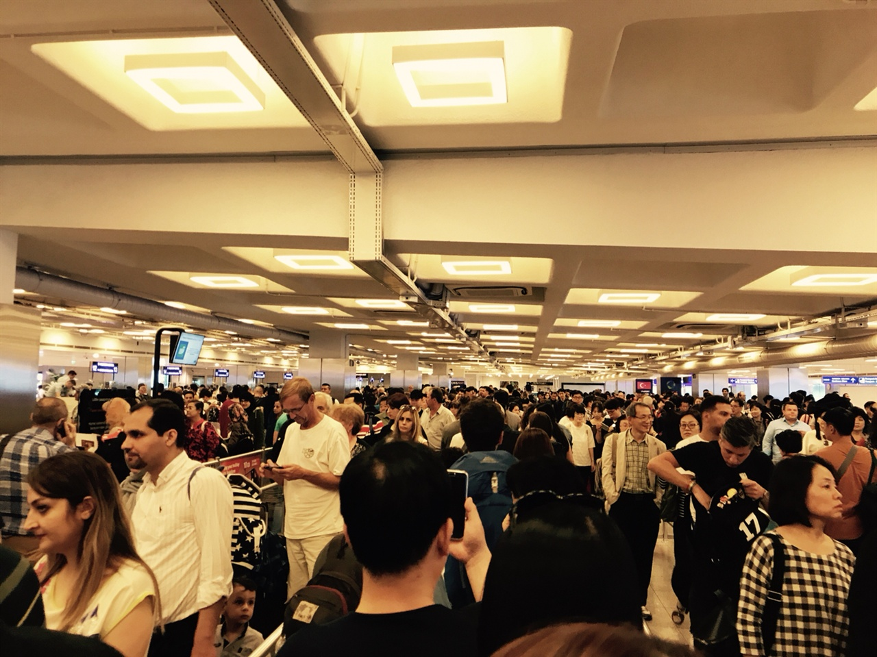 아타튀르크 국제 공항의 보안 검색대. 공항으로 들어가기 전에 모든 짐을 검사 받아야 한다.