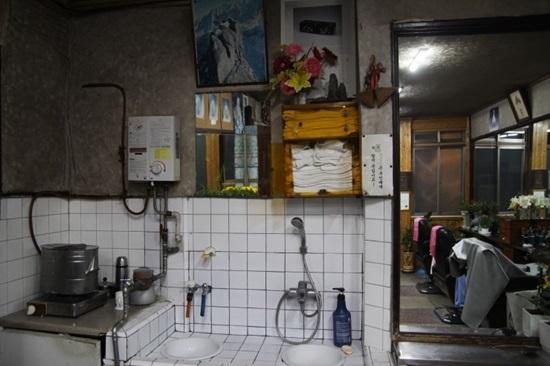 세면대시설 낡은 세면대 시설이 옛 문화를 찾는다.