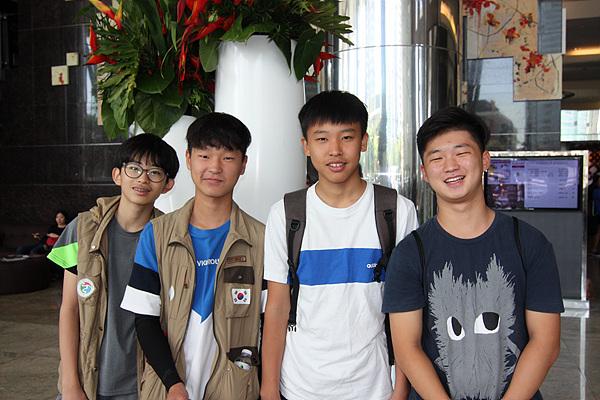 필리핀 의료봉사단에 동행해 봉사활동을 펼친 한국학생들. 왼쪽부터 정지웅(중1), 김동욱(중2), 김성은(중2) , 현형찬(민다나오 다바오시 고3). 봉사활동을 하면서 부쩍 성장했다