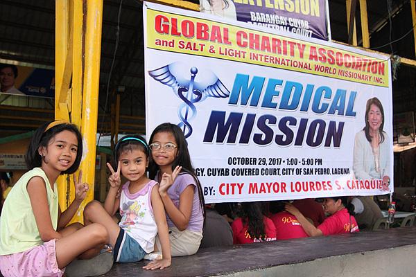 의료봉사활동이 진행되는 체육관 인근에서 구경하는 아이들 모습