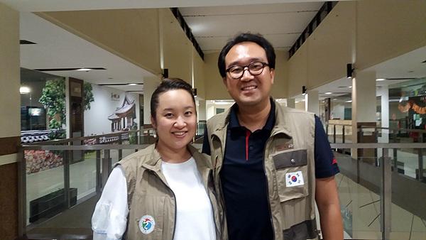 (사)여수지구촌사랑나눔회원들이 산페드로시에서 의료봉사활동을 하는  동안 통역과 안내를 맡은 이성원, 조아라 선교사 부부. 란다얀 지역에서 14년째 '빛과 소금' 교회를 운영하고 있다