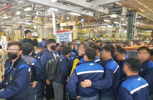 9일 오후 한국지엠 창원공장에서 비정규직 파업 현장에 원청업체 직원들의 투입을 두고 마찰이 빚어졌다.
