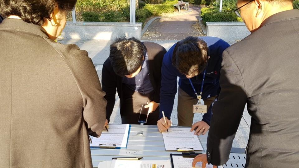 서명중인 시민들 자발적 참여로 시민들이 서명에 참여하고 있다