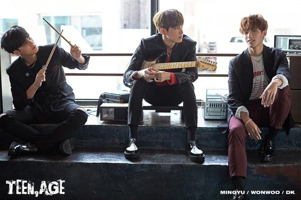 아이돌 그룹 세븐틴 멤버 민규, 원우, 도겸(왼쪽부터). 기타를 감싸 안은 원우의 모습이 세븐틴 음악의 변화를 살짝 상장하는 듯 하다.