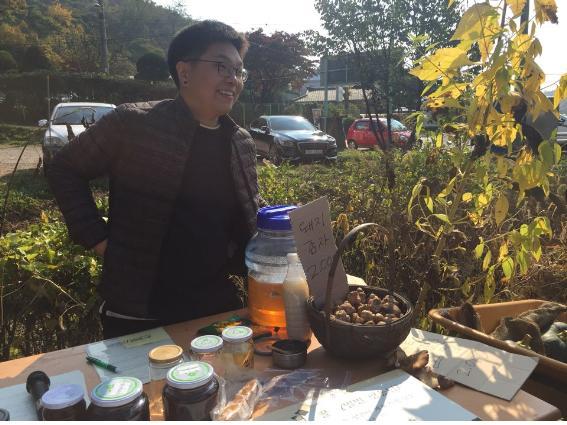 정하혁 농부님. 돼지감자, 호박, 꿀, 훈연한 베이컨 등을 판매하셨다.