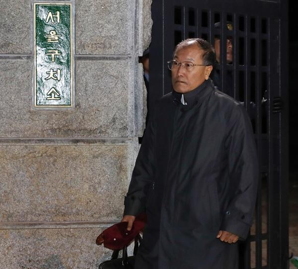 풀려난 김재철 전 MBC사장  구속영장이 기각된 김재철 전 MBC사장이 10일 새벽 경기도 의왕 서울구치소를 나서고 있다.