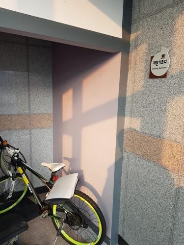 음료자판기에 있는 자전거