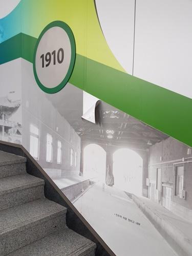 2층으로 올라가는 계단 벽면