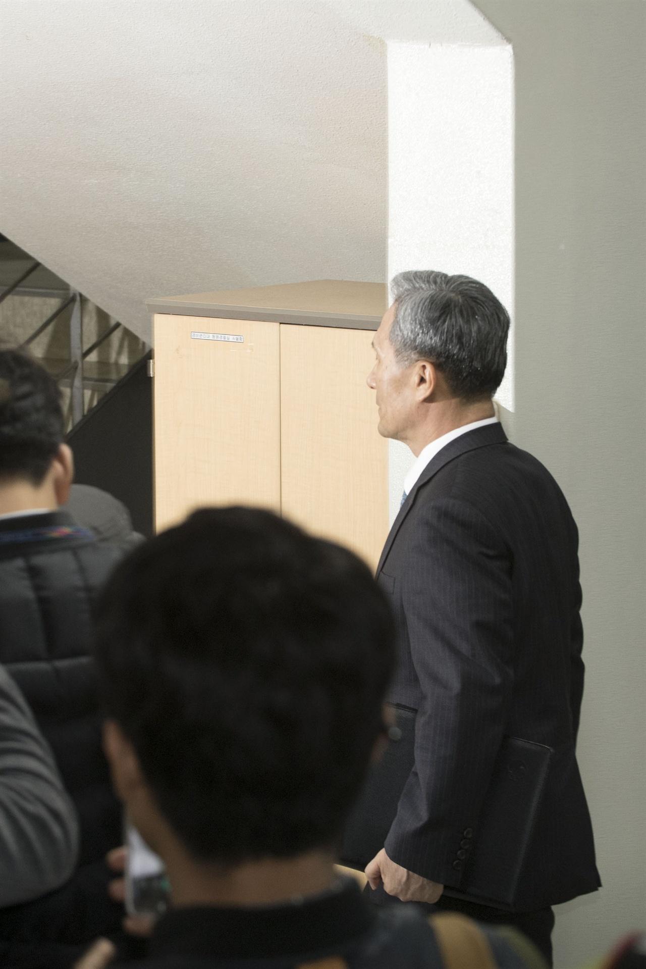 군(軍) 사이버사령부 댓글 공작을 주도한 의혹을 받고 있는 김관진 전 국방부 장관이 구속영장실질심사를 받기위해 10일 오전 서울 서초동 서울중앙지방법원에 출석하고 있다. 2017.11.10