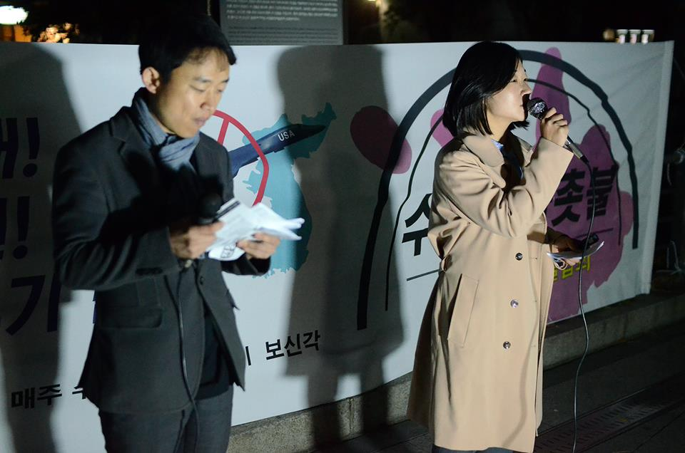 평화통일시민행동 이진호 대표와 황남순 사무국장이 수요평화뉴스를 진행하고 있다.