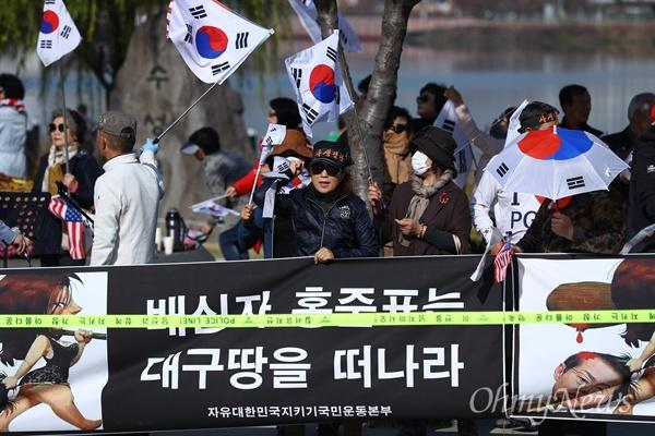 박근혜 전 대통령 출당에 항의하는 지지자들이 10일 오전 대구 수성구 호텔수성에서 열리는 '아시아포럼21' 토론회에 참석하는 홍준표 자유한국당 대표를 규탄하는 집회를 열고 있다.
