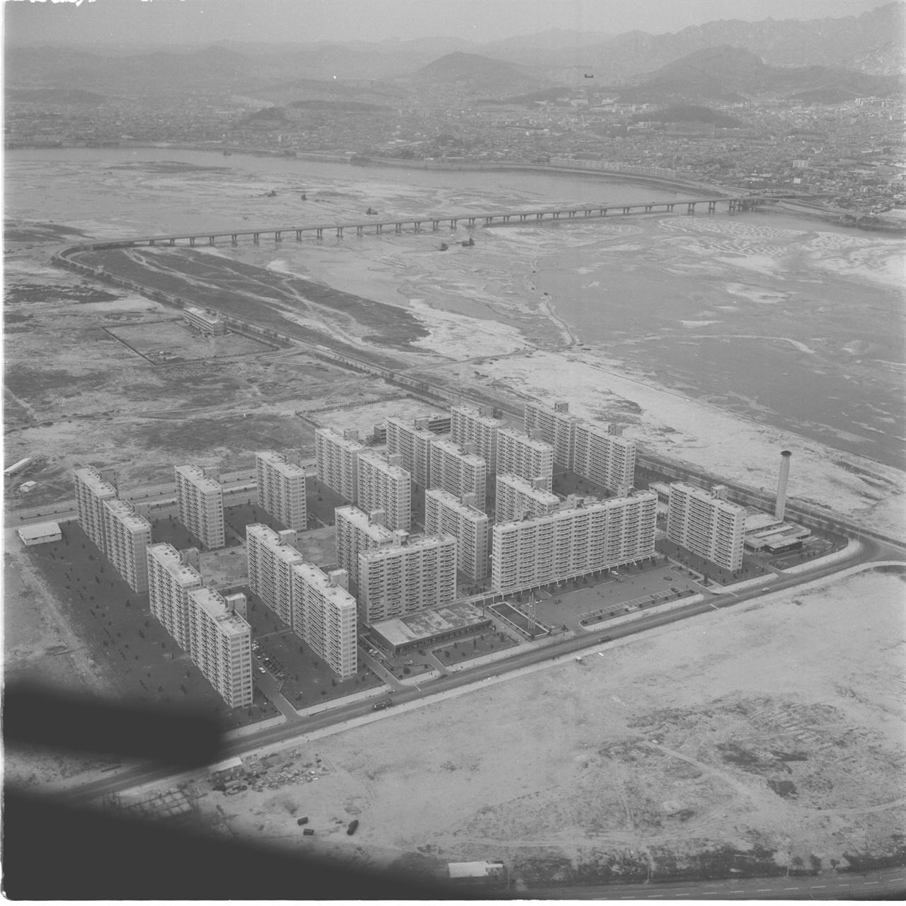여의도 시범아파트 1971년 10월 29일 준공된 여의도 시범아파트는 와우아파트 붕괴사고로 형성된 아파트에 대한 불신을 해소하기 위해 시범적으로 지어진 12층의 고층 아파트였다. 1973년 4월 15일 촬영