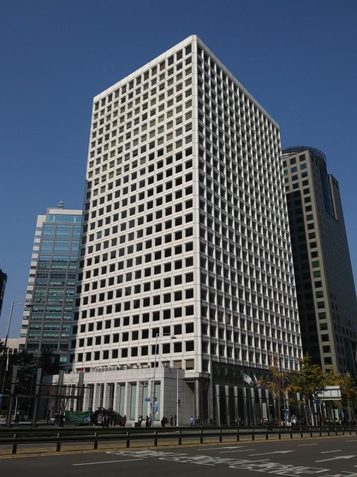 삼성 구 본관 삼성그룹은 이건희 회장의 복합화 경영철학에 따라 서울 중구 태평로에 위치한 사옥을 금융복합단지로 조성하고, 패션복합단지와 IT복합단지를 신축할 계획을 수립했다.