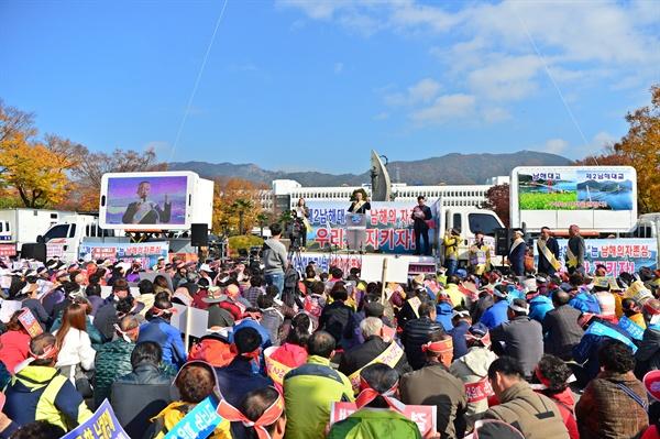 '제2남해대교 명칭 관철 남해군민 대책위원회'는 10일 오전 경남도청 정문 앞에서 집회를 열었다.