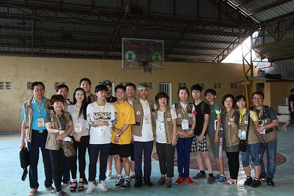 필리핀 산페드로시 의료봉사 일정을  마친 봉사단 일행이 환자가 떠난 체육관에서 기념촬영했다.