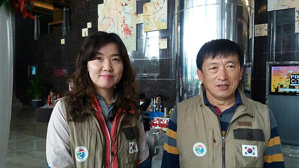 (사)여수지구촌사랑나눔회의 살림을 책임지는 서현기 사무국장(오른쪽)과 총무 김미숙씨 모습