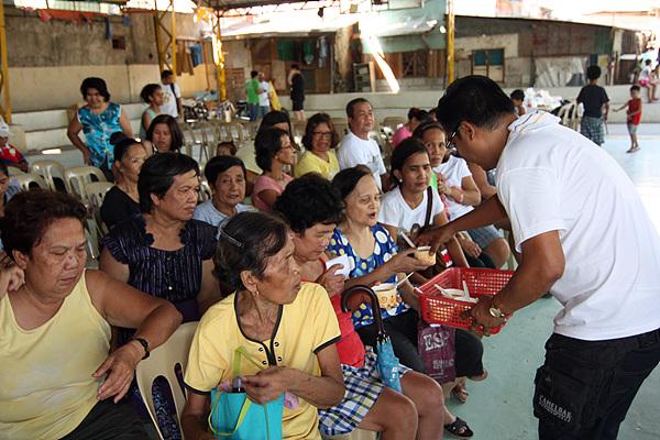 의료봉사단은 진료를 기다리는 환자들에게 영양식을 제공했다.