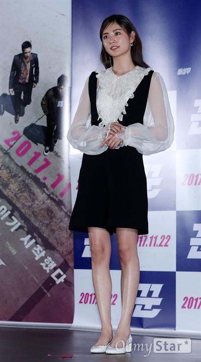 '꾼' 나나, 설렘 가득한 첫 스크린 데뷔 배우 나나가 10일 오후 서울 동대문 메가박스에서 열린 영화 <꾼> 시사회에서 포토타임을 갖고 있다. <꾼>은 희대의 사기꾼을 잡기 위해 뭉친 사기꾼들의 팀플레이를 다룬 범죄오락 영화다. 22일 개봉.