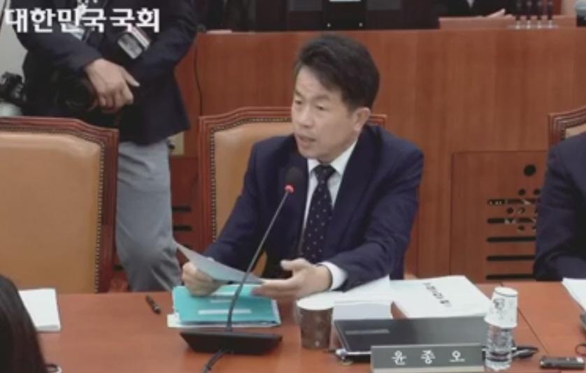 국회 과방위 윤종오 의원이 11월 11일 예산심사에서 질의하고 있다