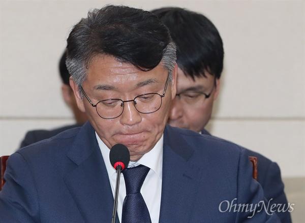 고대영 KBS 사장이 10일 오후 국회 과학기술정보방송통신위원회에서 열린 국정감사에 출석해 의원 질의를 듣고 있다.