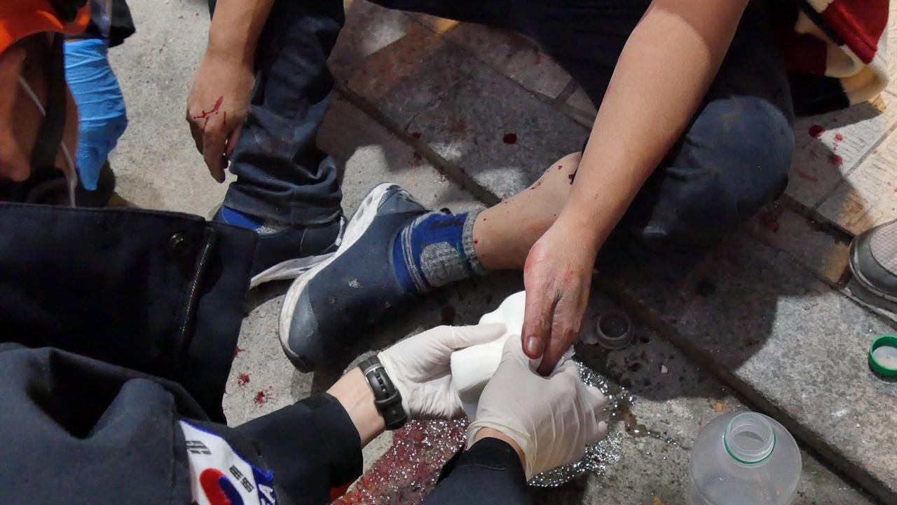 본가궁중족발 김우식 사장이 응급 처치를 받고 있다.