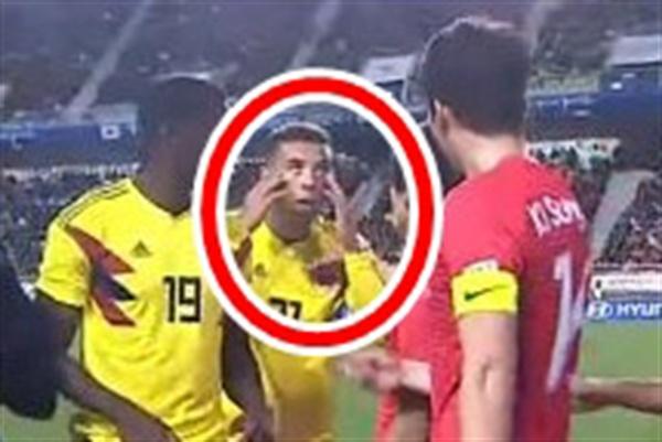 콜롬비아 축구대표팀의 에드윈 카르도나(보카 주니어스)가 10일 수원월드컵경기장에서 열린 한국과 평가전 도중 몸싸움 과정에서 기성용(스완지시티)에게 인종차별을 상징하는 '눈 찢기 동작'을 하고 있다.