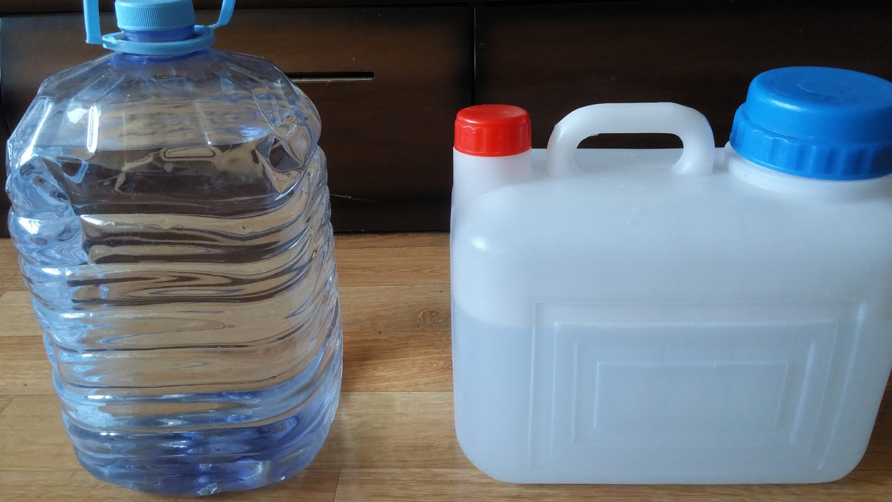친구가 소개해 준 집 인근 약수터에서 떠온 물. 유황성분이 들어있어 맛이 특이하다