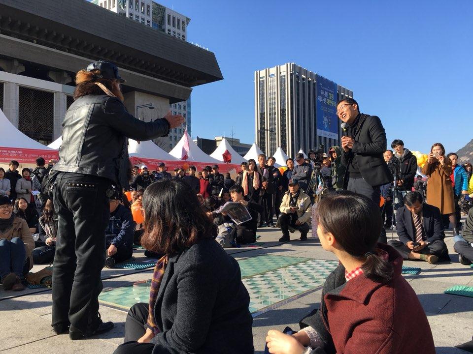 11일 오후 광화문 광장에서 열린 국민주권 만민공동회 현장. 방송인 김제동씨와 한 시민이 이야기를 나누고 있다.