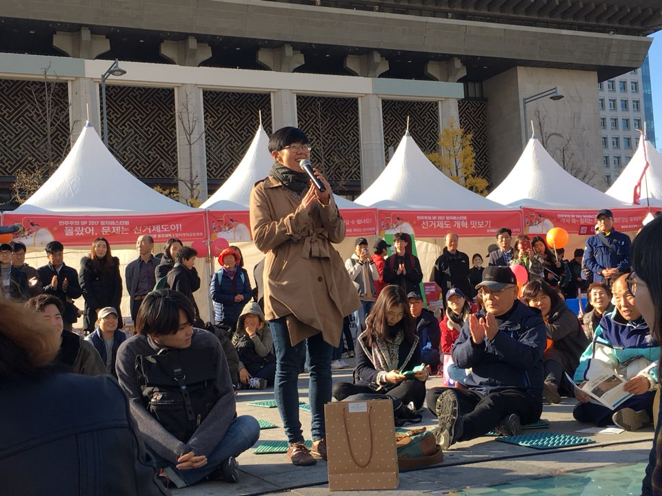 11일 오후 광화문 광장에서 열린 국민주권 만민공동회에서 한 여성이 발언하는 모습.