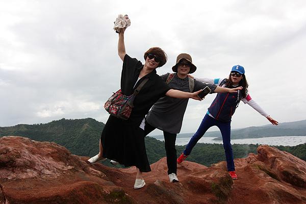 하늘로 날아오르고 싶은 여인들. 따알화산 분화구 정상에서 촬영했다