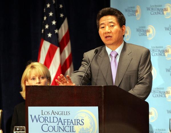노무현 전 대통령. 사진은 지난 2004년 11월 12일(현지시각) 미국 로스앤젤레스(LA)에서 미국의 민간 외교정책단체인 국제문제협의회(WAC)가 주최하는 오찬 당시 발언하고 있는 모습.