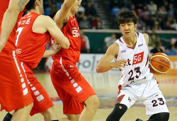 지난 7일 오후 서울 잠실체육관에서 열린 2017-2018 KBL 프로농구 KT 소닉붐과 SK 나이츠의 경기 4쿼터 kt 허훈이 드리블하고 있다.
