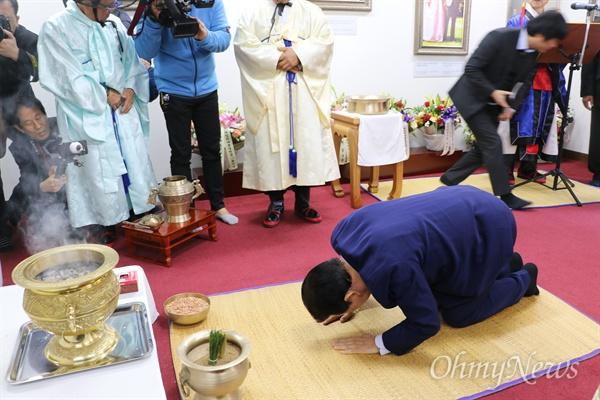 김관용 경상북도지사가 14일 오전 구미시 상모동 박정희 전 대통령 생가에서 진행된 100주년 숭모제례에서 큰절을 올리고 있다.