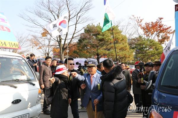구미지역 시민단체들이 기자회견을 갖고 박정희 유물 전시관 건립 중단을 요구하자 태극기행동본부 등 보수단체들은 이들을 향해 삿대질을 하거나 욕설을 내뱉는 등 방해했다.