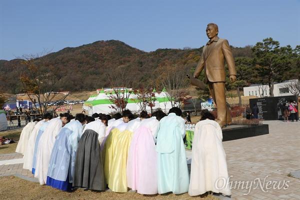구미시차인연합회 회원 100여 명이 14일 오전 박정희 전 대통령 동상 앞에서 차를 올리는 '헌다례'를 마치고 모여 고개를 숙여 인사하고 있다.