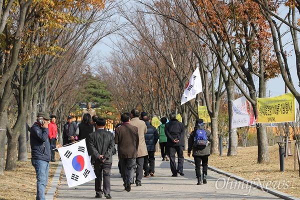 박정희 전 대통령 100주년에 참석한 참가자들이 박 전 대통령 동상을 보기 위해 걸어가고 있다.