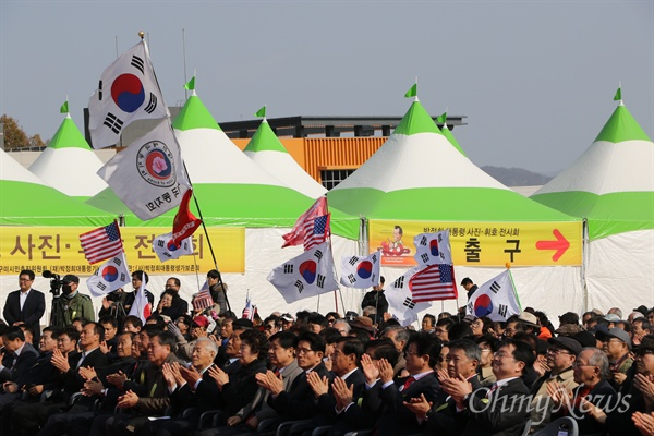 박정희 전 대통령이 태어난 지 100년을 기념하는 행사가 구미시 상모동 박 전 대통령 생가 옆 공원에서 열린 가운데 참석자들 일부는 태극기와 성조기를 들고 참석했다.