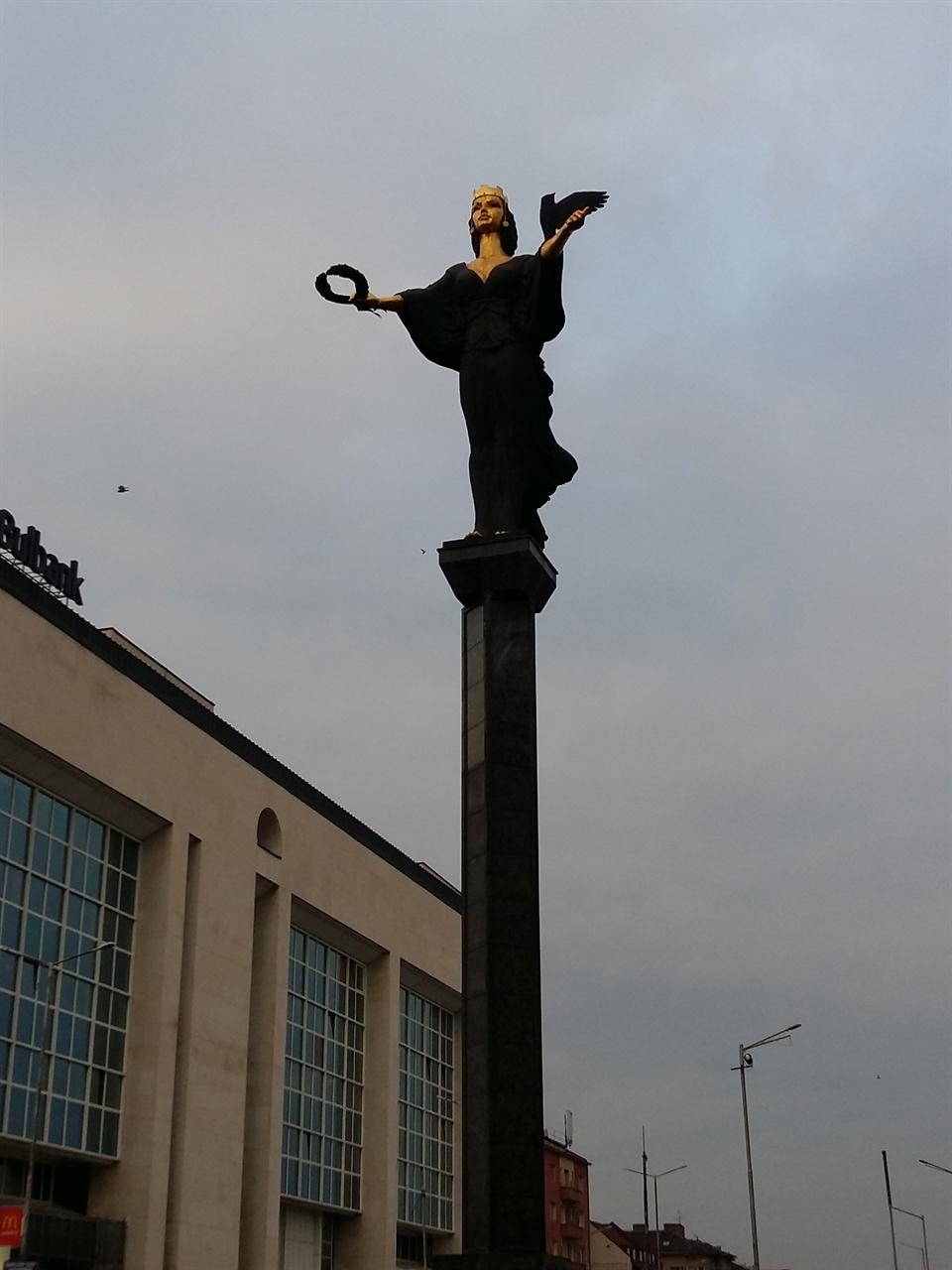 소피아공주 상 렌닌 동상이 있던 자리에 소피아 공주 상을 세웠다고 한다.