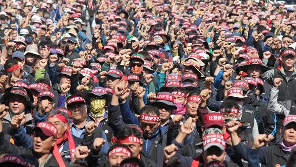 민주노총 공공운수노동조합 화물연대본부 부산지부는 2016년 10월 10일 감만부두 앞에서 집회를 벌였다.