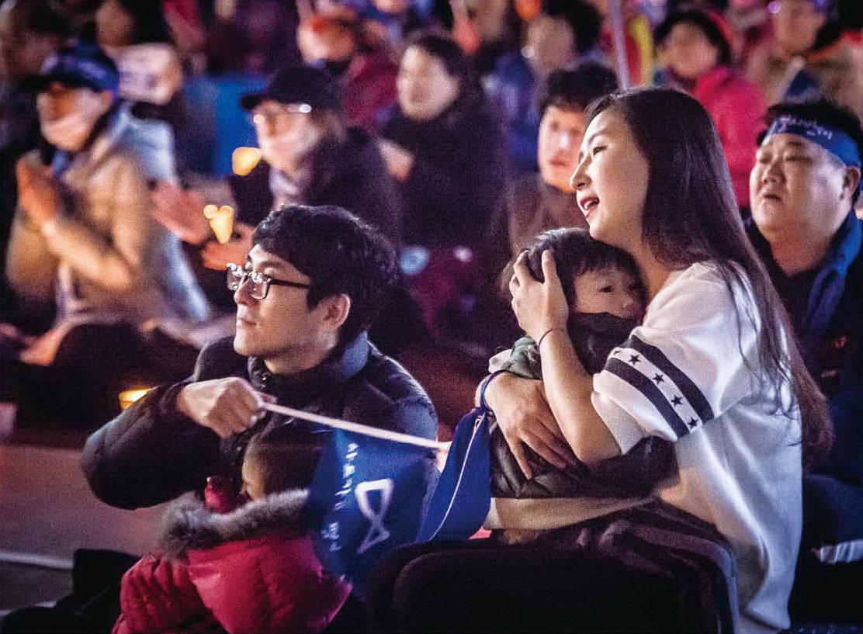 부모의 품에 안겨서 촛불을 겪은 아이들은 자라서 이날을 어떻게 기억하게 될까.