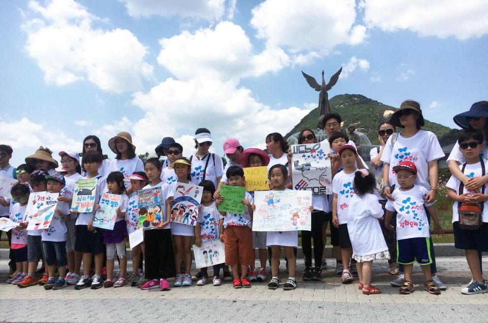 아이들은 아이들 나름대 자기들의 방식으로 몫을 다했다. 서울 청와대 분수대(사랑채) 앞에 선 김천 아이들.