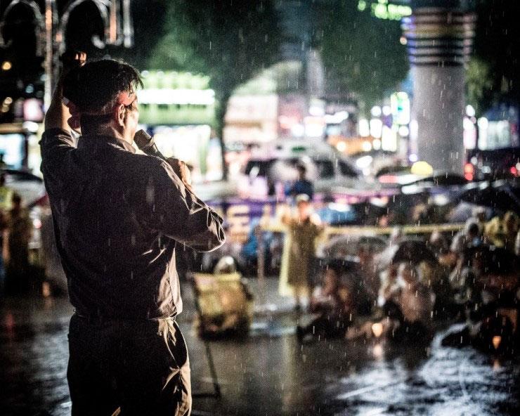 비가 내려도 촛불은 꺼지지 않고 집회는 계속되었다. 빗속에서 시민들은 자신의 의지를 새롭게 벼렸을 것이다.